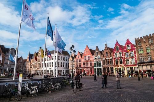 Μπριζ: Bελγικά καφέ γύρω από την πλατεία της αγοράς της πόλης Μπριζ. Βέλγιο.