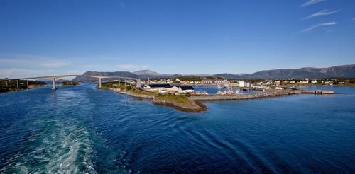 Μπρόνοϋσουντ: Θέα στο Bronnoysund και τη γέφυρα στο παρακείμενο νησί Torget, Nordland. Νορβηγία.