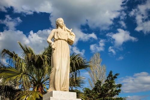 Μόλυβος: Το άγαλμα της Σαπφούς σε πλατεία της Μυτιλήνης. Ελλάδα.