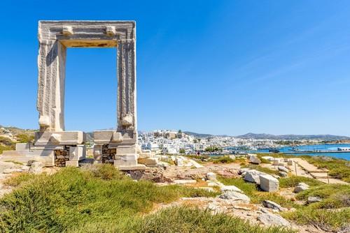 Νάξος: Η Πορτάρα ένα από τα πιο διάσημα ορόσημα της Νάξου που συνδέεται με την πόλη της Νάξου με έναν υπερυψωμένο δρόμο. Νάξος. Κυκλάδες. Ελλάδα.