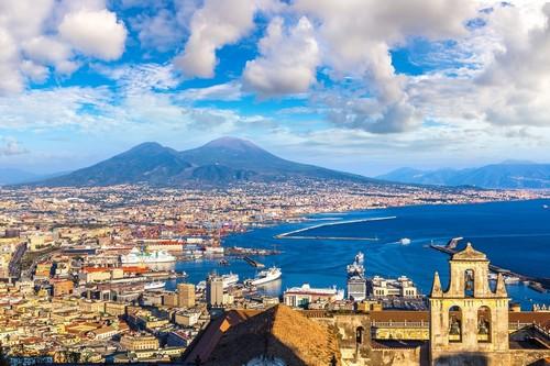 Νάπολη (Πομπηία & Κάπρι): Καλοκαιρινή ημέρα στο ηλιοβασίλεμα με την Νάπολη και φόντο τον Βεζούβιο. Ιταλία.