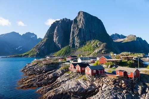 Νησιά Λοφότεν: Ηλιόλουστη καλοκαιρινή μέρα στη γραφική πόλη του Reine στα νησιά Λοφότεν. Νορβηγία.