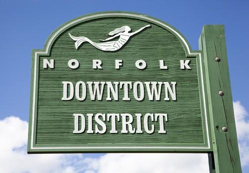Νόρφολκ, Βιρτζίνια: H ξύλινη πράσινη επιγραφή που δείχνει την αρχή του κέντρου της πόλης Νόρφολκ. West Virginia. ΗΠΑ.