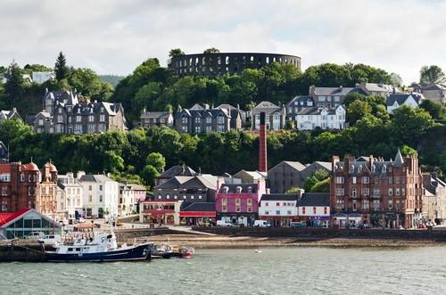 Όμπαν : Το λιμάνι μπροστά από την ομώνυμη πόλη στην δυτική ακτή της Σκωτίας κατά τη διάρκεια του καλοκαιριού. Όμπαν. Σκωτία.