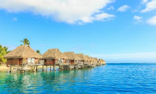Παπεέτε (Ταϊτή): Τον Οκτώβριο η όμορφη θάλασσα και το θέρετρο στο νησί Μουρέα. Παπέετε. Γαλική Πολυνησία.