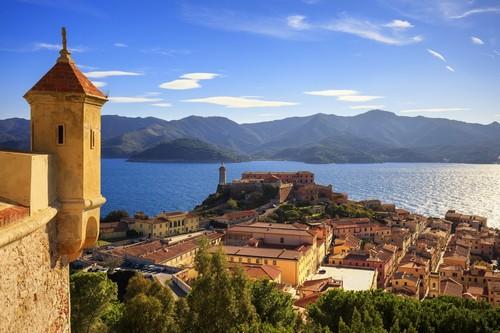 Πόρτο Φεράϊο: Φάρος και εναέρια θέα στο νησί Έλβα Πόρτο Φεράϊρο και μεσαιωνικό φρούριο. Τοσκάνη. Ιταλία.
