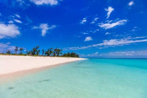 Πορτουγκίζ: Ειδυλλιακή τροπική παραλία με λευκή άμμο τυρκουάζ νερά και γαλάζιο ουρανό. Πορτουγκιζ. Μοζαμβίκη.