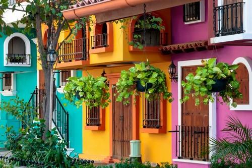 Πουέρτο Βαλάρτα: Γραφική πρόσοψη κτιρίου στο Puerto Vallarta με παραδοσιακά φωτεινά χρώματα. Μεξικό.