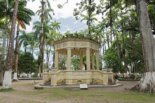 Πουέρτο Λιμόν: Κίτρινο περίπτερο σε πάρκο της πόλης Λιμόν. Κόστα Ρίκα.