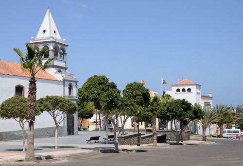 Πουέρτο Ντελ Ροζάριο (Φουερτεβεντούρα): Εκκλησία στο Πουέρτο Ντελ Ροζάριο. Φουέρτε Βεντούρα. Κανάρια νησιά.