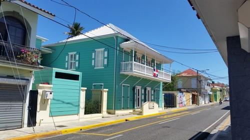 Πουέρτο Πλάτα: Χαρακτηριστικά όμορφα ύλινα σπίτια στο Πουέρτο Πλάτα. Δομινικανή Δημοκρατία.