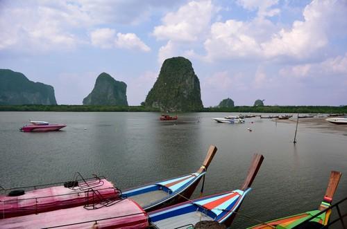 Πουκέτ: Σκάφη ταξιδεύουν Πουκέτ. Ταϊλάνδη.