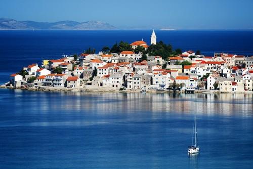 Πριμοστέν: Όψη της γραφικής ακτής της Δαλματίας Πριμοστέν. Κροατία.