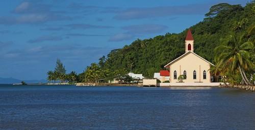 Ραιατέα: Παραλιακή εκκλησία στην παραλία της Ραϊατέας. Γαλλική Πολυνησία.