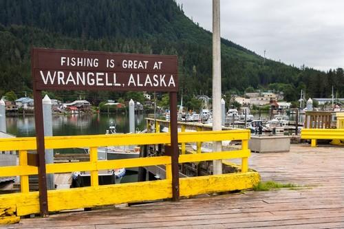 Ράνγκελ ( Αλάσκα ): Άποψη της ξύλινης σανίδας καλωσορίσματος Το λιμάνι Reliance στο Ράνγκελ. Αλάσκα.
