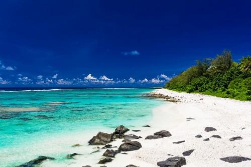 Ραροτόνγκα: Φανταστική παραλία στο νησί Ραροτόνγκα με άσπρη άμμο και μαύρες πέτρες. Είναι ένας από τους πλέον δημοφιλείς τουριστικούς προορισμούς. Νησιά Κουκ.