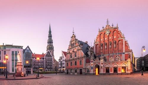 Ρίγα: Η πλατεία του δημαρχείου με την εκκλησία του Αγίου Πέτρου στη Ρίγα. Λετονία.