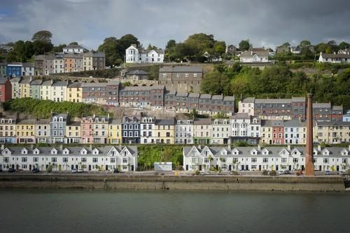 Ρινγκασκίντυ : Άποψη από πολύχρωμα σπίτια στο Ρινγκασκίντυ στην έξοδο του Cork Harbour.  Ιρλανδία.