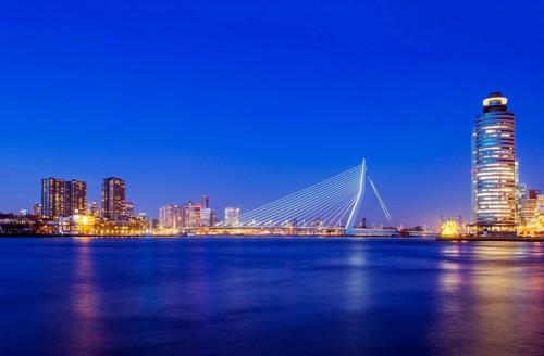 Ρότερνταμ : Ρότερνταμ και η γέφυρα Εράσμους στο λυκόφως. Ολλανδία.