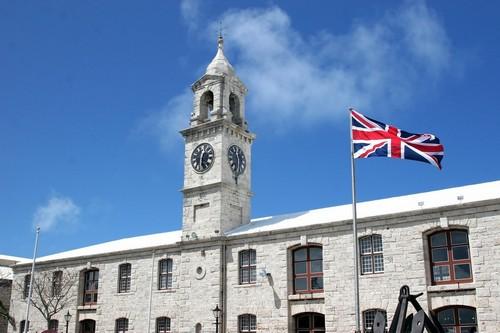 Ρούαγιαλ Νάβαλ Ντόκγιαρντ: Ο πύργος του ρολογιού και η Βρετανική σημαία να κυματίζει στο βασιλικό ναυτικό ναυπηγείο στις Βερμούδες.