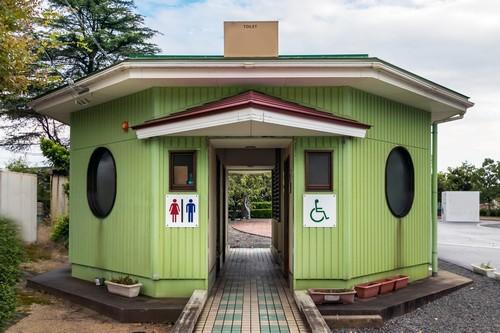 Σακαϊμινάτο : Ξύλινη δημόσια τουαλέτα στο κέντρο της πόλης στο Σακαϊμινάτο. Ιαπωνία.