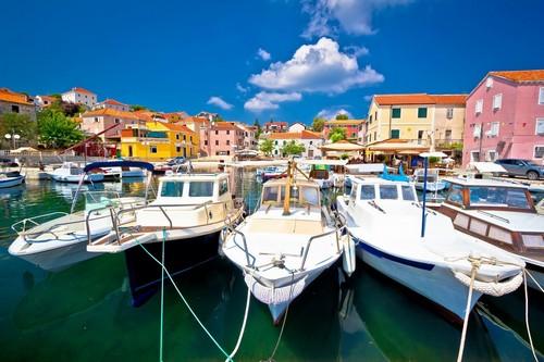 Σάλι ( Triluke Bay ): Το Σάλι είναι μια μικρή πόλη αλλά εξακολουθεί να είναι η μεγαλύτερη στο νησί Dugi otok. Σάλι. Επαρχία Ζαντάρ. Κροατία.