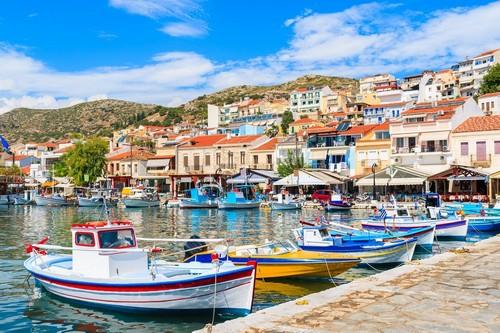 Σάμος: Το φως του Πυθαγόρα, όμως, «καίει» άσβεστο στο ομώνυμο, κοσμοπολίτικο λιμάνι! Παραδοσιακές πολύχρωμες βάρκες στο Πυθαγόρειο της Σάμου. Ελλάδα.
