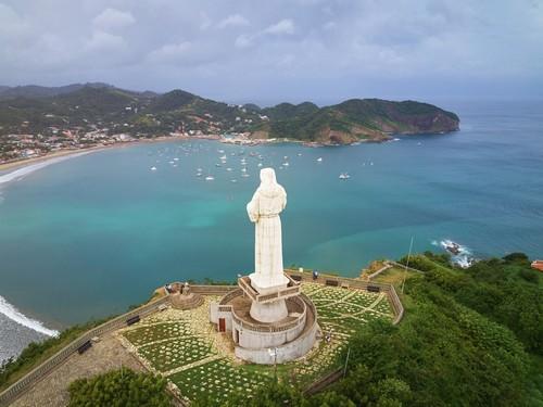 Σαν Χουάν Ντελ Σουρ: Το Άγαλμα του Χριστού΄, όπως αυτό στέκεται σ' ένα λόφο . επάνω από το Σαν Χουάν Ντελ Σιρ. Νικαράγουα.