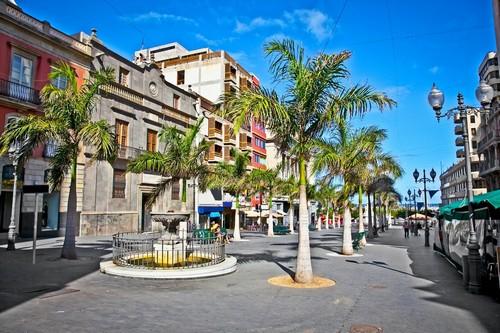 Σάντα Κρουζ-Τενερίφη (Κανάρια Νησιά): Προσόψεις και αποικιακά φυτά στη Σάντα Κρούζ Ντε Λα Πάλμα. Κανάρια Νησιά. Ισπανία