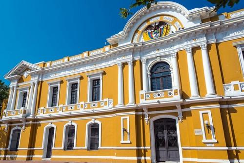 Σάντα Μάρτα: Κίτρινο και λευκό στην ιστορική πόλη Σάντα Μάρτα. Κολομβία.