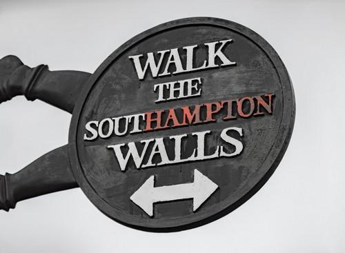 Σαουθάμπτον (Λονδίνο): To σημάδι που δείχνει ιστορικό περίπατο των αγγλοσαξονικών τειχών του Σάουθάμπτον. Αγγλία.
