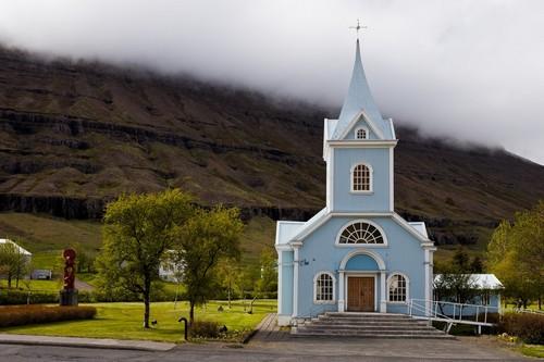 Σεϊντιςφιόρντουρ: Γραφική πανέμορφη εκκλησία στο Σεϊντιςφιόρντουρ. Ισλανδία.