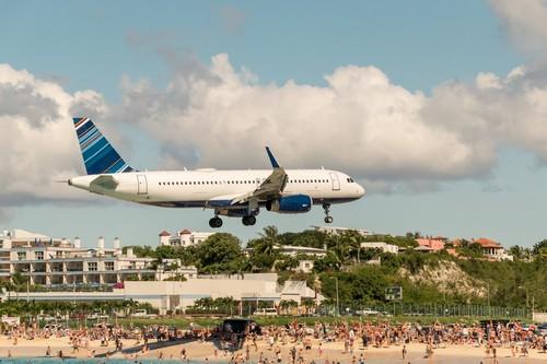 """Σαιντ Μαρτέν: Άγιος Μαρτίνος """"Η Γαλλο-Ολλανδική Μύκονος"""". Νησί κυρίως γνωστό από το... αεροδρόμιό του, με τα αεροπλάνα να περνάνε ξυστά πάνω από τα κεφάλια των λουόμενων πριν προσγειωθούν. Ολλανδικές Αντίλες."""