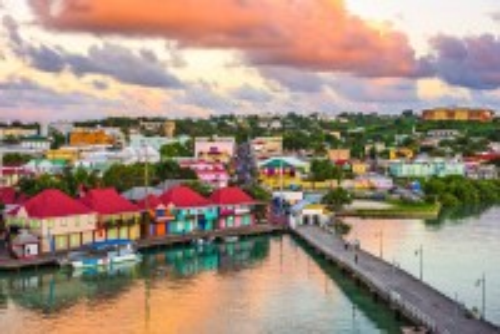 Σαιντ Τζονς Αντίγκουα: Ορίζοντας και λιμάνι στο λυκόφως. Σαιντ Τζόν. Αντίγκουα. Καραϊβική.
