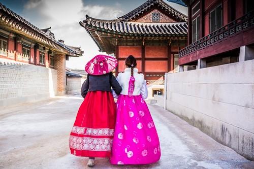 Σεούλ: Κορεάτισες. Κορίτσια ντυμένα με παραδοσιακή ενδυμασία περπατώντας στο ανάκτορο Γκιόνγκμποκουνγκ (Gyeongbokgung palace). Σεούλ. Νότια Κορέα.