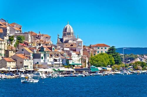 Σιμπένικ: Πανοραμική φωτογραφία της όμορφης πόλης και του γραφικού μικρού λιμανιού του Σιμπένικ. Κροατία.