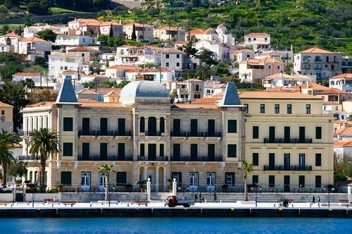 Σπέτσες: Μοναδικής ομορφιάς κτίρια στην παραλία των Σπετσών. Ελλάδα.
