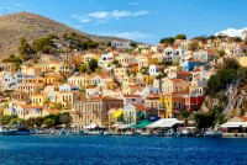 Σύμη: Μοναδική εικόνα, τα πανέμορφα και πολύχρωμα σπίτια της Σύμης. Ελλάδα.