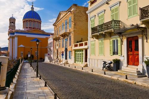 Σύρος: Όμορφος δρόμος στην Ερμούπολη της Σύρου. Ελλάδα.