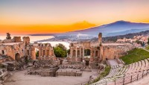 Ταορμίνα - Σικελία: Το αρχαίο θέατρο της Ταορμίνα με φόντο την Αίτνα. Σικελία. Ιταλία.