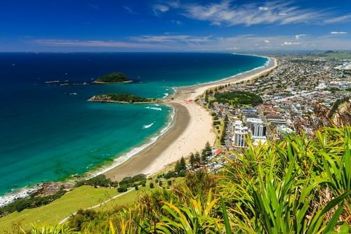 Ταουράνγκα: Παραλία με το γαλάζιο του ουρανού της πόλης Ταουράνγκα. Νέα Ζηλανδία.