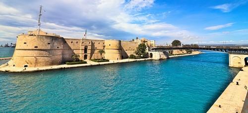 Τάραντας: Παλαιό Αραγονέζικο κάστρο στο θαλάσσιο κανάλι με  περιστρεφόμενη γέφυρα. Τάραντας. Ιταλία.