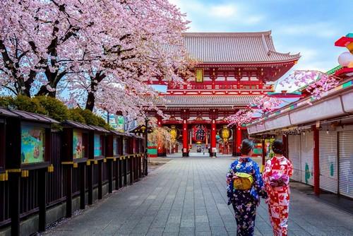 Τόκυο (Yokohama): Γκέϊσες φορούν παραδοσιακά κιμονό. Ασακούσα. Τόκυο. Ιαπωνία.