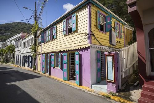 Τορτόλα: Πολύχρωμα σπίτια σε δρόμο της Τορτόλα. Καραϊβική.