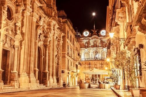 Τράπανι: Κεντρική οδός. Τράπανι by night. Σικελία. Ιταλία.