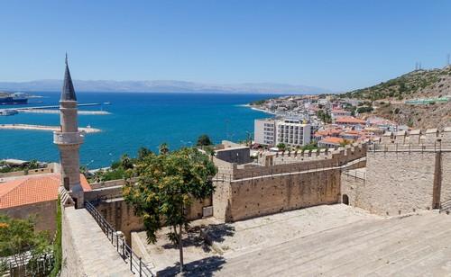 Τσεσμέ-Σμύρνη: Με θέα την παραθαλάσια πόλη του Τσεσμέ από το κάστρο του. Τουρκία.