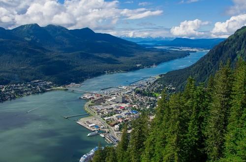 Τζούνο ( Αλάσκα ): Τζούνο, πόλη χτισμένη πάνω στο επίπεδο της θάλασσας η οποία περιβάλλεται από πανύψηλα βουνά. Αλάσκα.