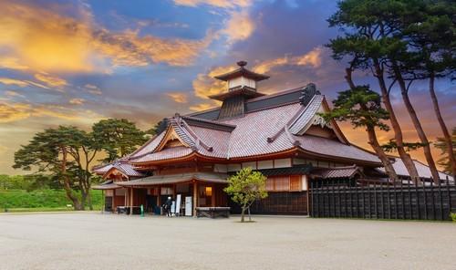 Χακόντατε: Καλοκαιρινό ηλιοβασίλεμα. Ιαπωνικός ναός στο στο Χακόντατε. Ιαπωνία.