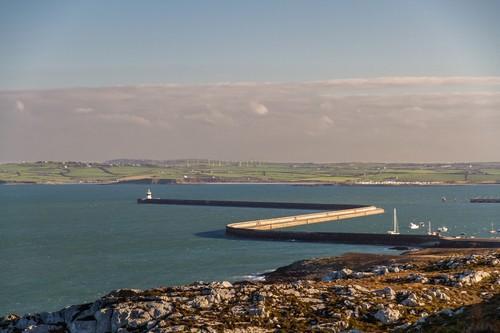 Χόλιχεντ : Ο κυματοθραύστης Χόλιχεντ ( Holyhead ) είναι ο μεγαλύτερος στο Ηνωμένο Βασίλειο. Oυαλία.