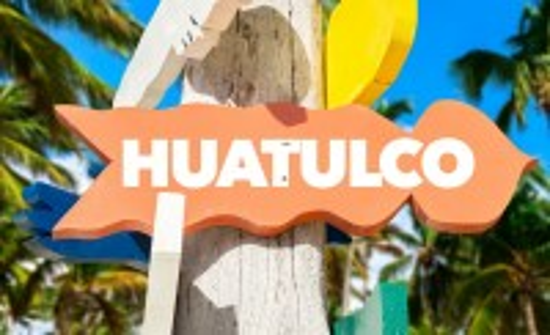 Χουατούλκο: Σημάδι καλωσορίσματος στο Χουατούλκο με φοίνικες. Μεξικό.